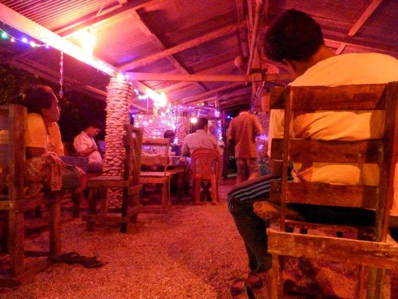 in einer kleinen thailändischen Karaokebar